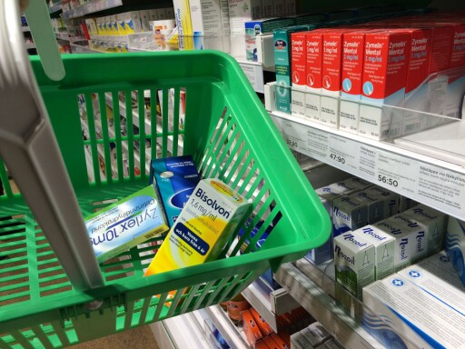 BILLIGERE: Jevnt over er apotekvarer, både legemidler og kosmetikk, billigere i Sverige, og forskjellene fra et apotek til et annet var minimale. Foto: BERIT B. NJARGA