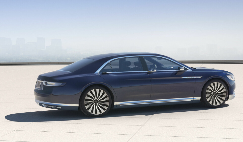 ELEGANT: Sett fra denne vinkelen er det lite kontroversielt over linjeføringen på Lincoln Continental Concept. Foto: LINCOLN