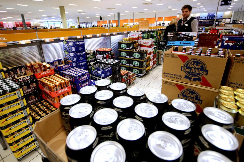STERKERE OG DYRERE: Ølet her på Systembolaget er dyrere enn i svenske matbutikker, men likevel langt billigere enn i norske matbutikker.  Foto: OLE PETTER BAUGERØD STOKKE