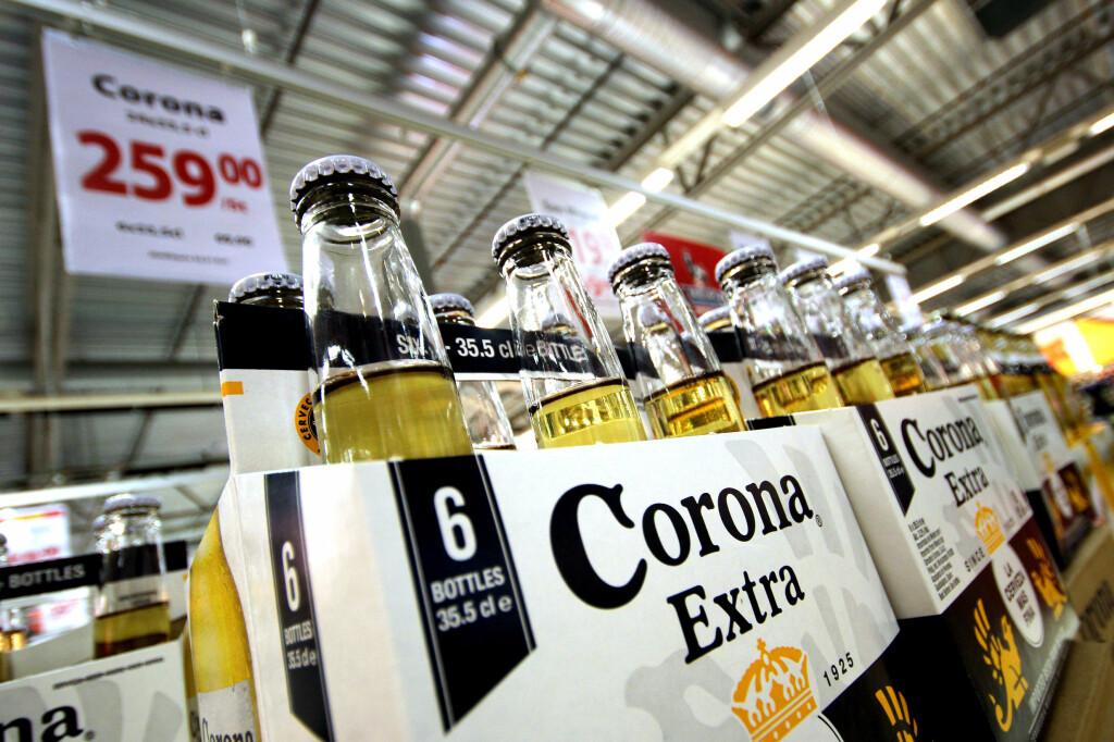 <b>SVAKERE OG BILLIGERE: </b>En Corona-flaske på svenske matbutikker har 3,2 prosent alkohol, men koster også omlag en tredjedel av norsk pris. Enda svakere øl er enda billigere. Foto: OLE PETTER BAUGERØD STOKKE