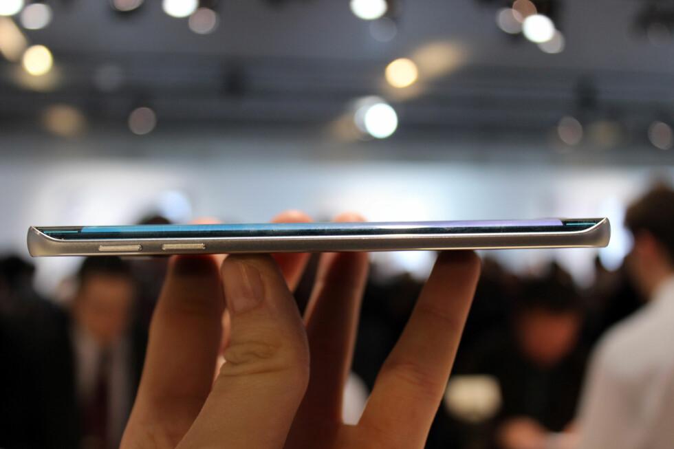 TYNN: Samsung Galaxy S6 Edge er 7mm tykk, men føles tynnere fordi du strengt tatt bare holder i aluminiumsrammen. Foto: KIRSTI ØSTVANG
