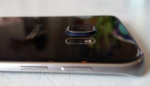 STIKKER UT: Samsung Galaxy S6 Edge er ikke helt flat på baksiden. Foto: PÅL JOAKIM OLSEN