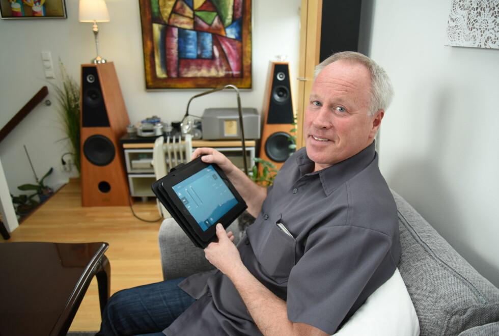 FULL KONTROLL: Terje Fjeldvig (58) føler seg kanskje ikke smartere med en smart hus-applikasjon, men smart er det: Alt styres nemlig via appen.  Foto: JOHN BERGE