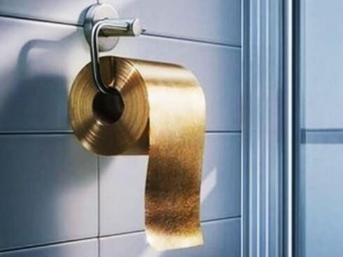 FOR EMIRATENE: Australske The Toilet Paper Man har laget en gullrull til 8 millioner kroner. Foto: THE TOILET PAPER MAN