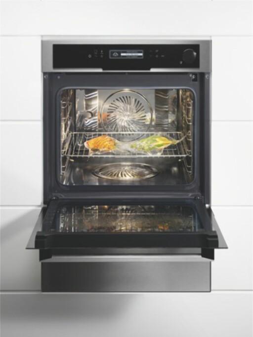 SOUS-VIDE I DAMPOVN: Du må ikke ha en egen maskin for å lage mat sous-vide. Med en nøyaktig dampovn kan du lage posematen der. Her er Electrolux' nye kombidamper. Foto: ELECTROLUX