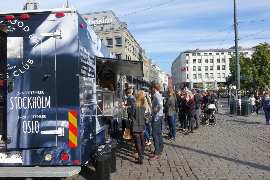 FOOD TRUCK: Gatekjøkkenvogntrenden er stor i utlandet, men her hjemme er det stort sett bare brukt til markedsføringsstunt - men det betyr ikke at det ikke er populært. Køen var lang da Even Ramsvik laget lunch på Stortorget i Oslo i fjor for Diners Club.  Foto: ELISABETH DALSEG