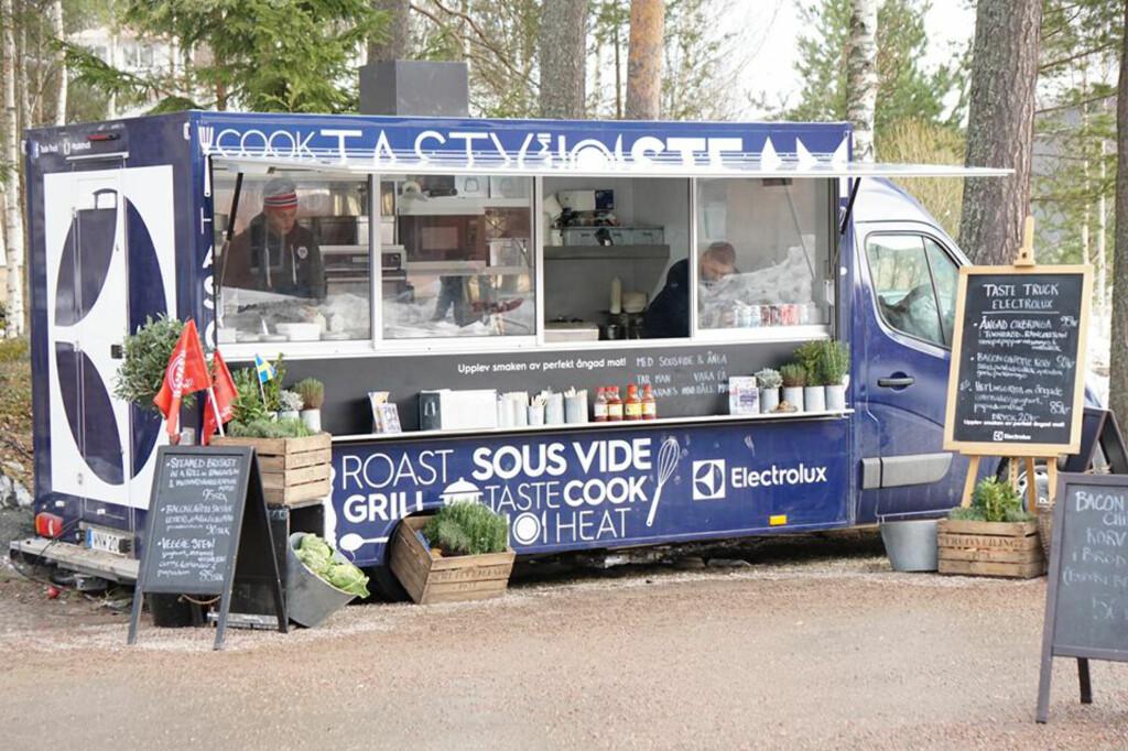 <b>FOOD TRUCK:</b> Terje Ness og Kim Spangholt serverer smakebiter fra denne gatekjøkkenvognen på påskefjellet. Foto: ELECTROLUX