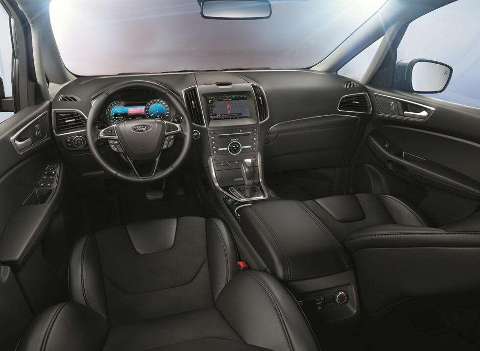 <strong><b>ET TRYGT STED:</strong></b> Interiøret i nye Ford S-Max minner naturlig nok mye om det i Mondeo, men med en høyere sittestilling.Mengden med assistansesystemer som nå er tilgjengelig er rett og slett imponerende! Foto: FORD