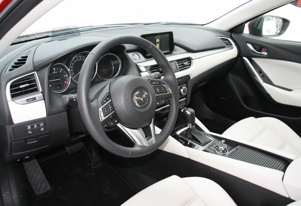 FORNYET: Interiøret er oppgradert i 2015-utgaven av Mazda 6 og i denne velutstyrte Optimum - versjonen synes vi det nærmer seg premium-følelse. Foto: KNUT MOBERG
