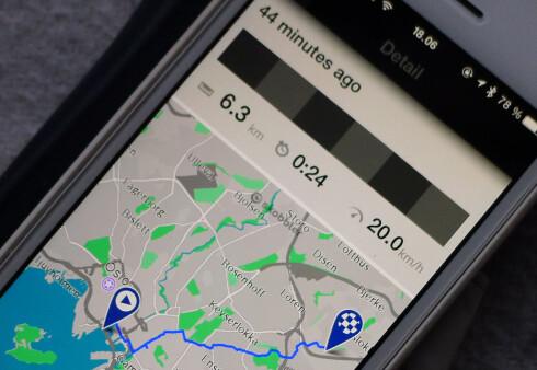 PÅ MOBILEN: GPS-enheten kommuniserer med en app. Foto: TORE NESET