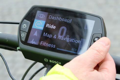 DISPLAY: Skjermen på styret gir en mengde informasjon om sted, fart, form og miljø.  Foto: OLE PETTER BAUGERØD STOKKE