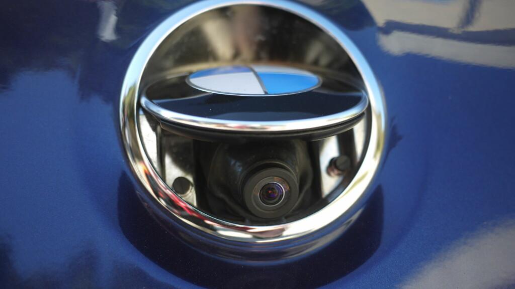 SPIONKAMERA:  Ryggekameraet er skjult under BMW-logoen på bagasjeromslokket.  Foto: Lord Arnstein Landsem