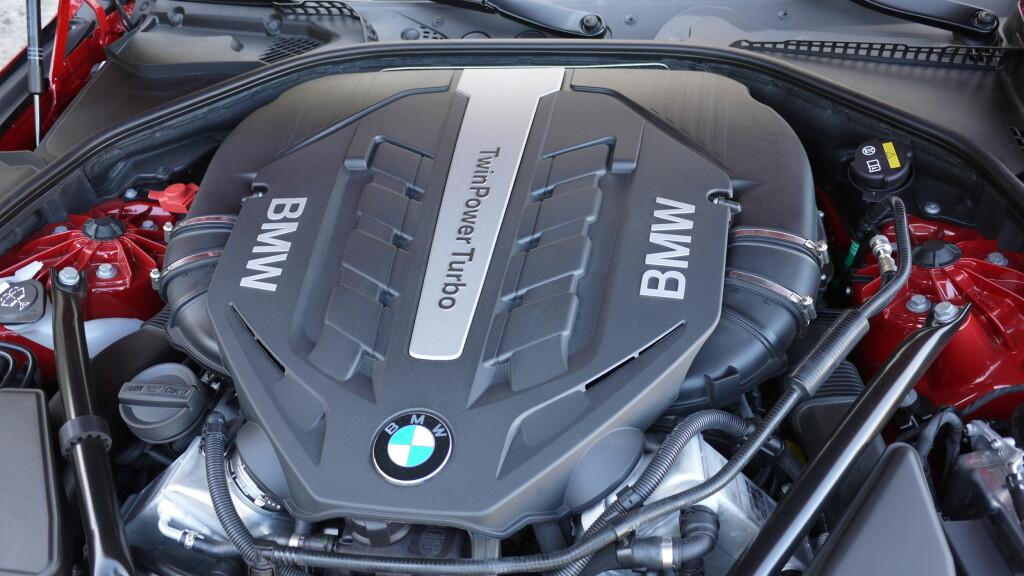 TWIN TURBO:  Når det står BMW TwinPower Turbo på ett motordeksel, lover det godt for kjøreopplevelsen.  Foto: Lord Arnstein Landsem