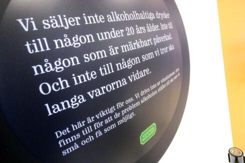 ADVARER: Ifølge betjeningen på dette polet i Strømstad, er det mange nordmenn som ikke er klar over reglene de klistrer på veggen med store bokstaver.  Foto: OLE PETTER BAUGERØD STOKKE