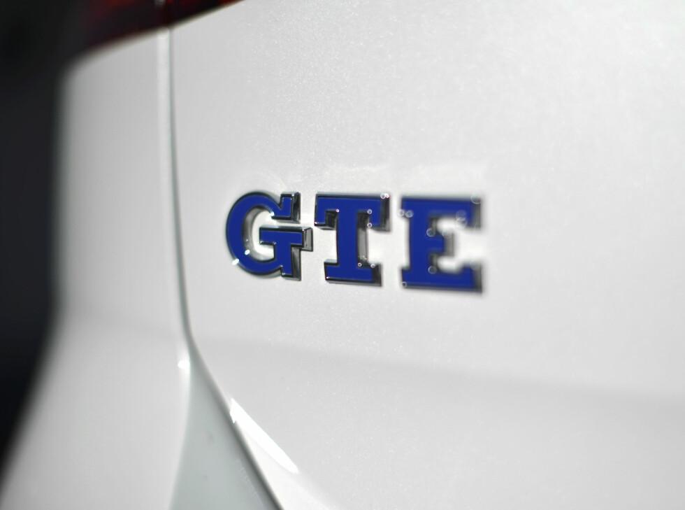 FRA RØDT TIL BLÅTT: Der GTI symboliseres med røde elementer, er de blitt til blå i GTE. Foto: JAMIESON POTHECARY