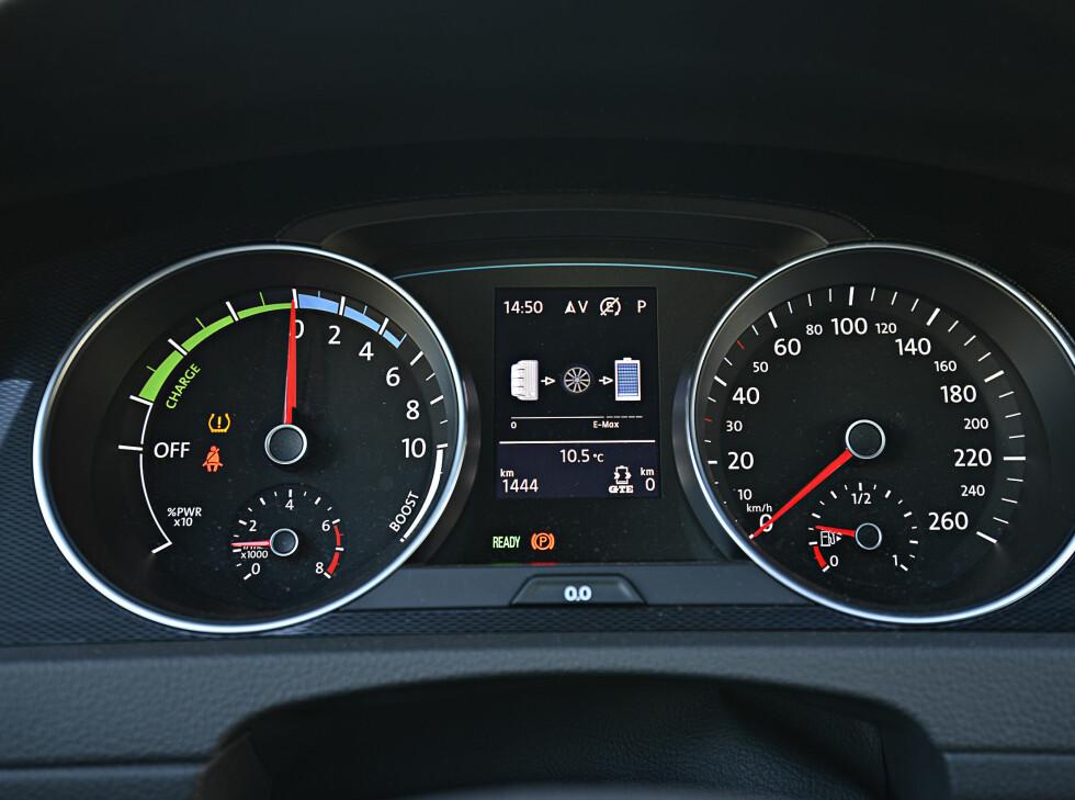 HOLD OVERSIKTEN: Energiutnyttingen følger du enten via måleren til venstre, infoskjermen i midtkonsollen eller i displayet i instrumentpanelet.  Foto: JAMIESON POTHECARY