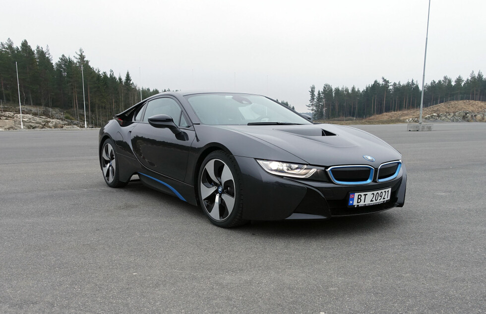 FØRST I NORGE: Som om den ikke var spektakulær nok fra før - BMW i8 tilbys nå med laserlys og her er et av de aller første norskregistrerte eksemplarene. Foto: KNUT MOBERG