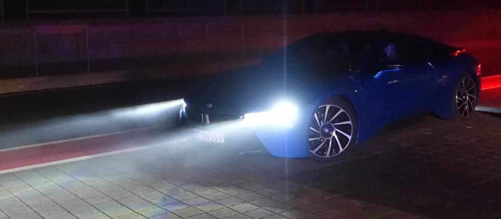 LEDER AN PÅ LYSTEKNOLOGI: Sammen med Audi er BMW langt fremme når det gjelder fremtidsteknologi og tilbyr nå for første gang i Norge laserlys som ekstrautstyr på sporsbilen i8 (oppgitt snittforbruk: 0,21 liter bensin på mila!). Men teknologien koster: 87.000 kroner er tilleggsprisen for å doble rekkevidden på lyskasterne i forhold til LED-hovedlysene som er standard. Foto: KNUT MOBERG