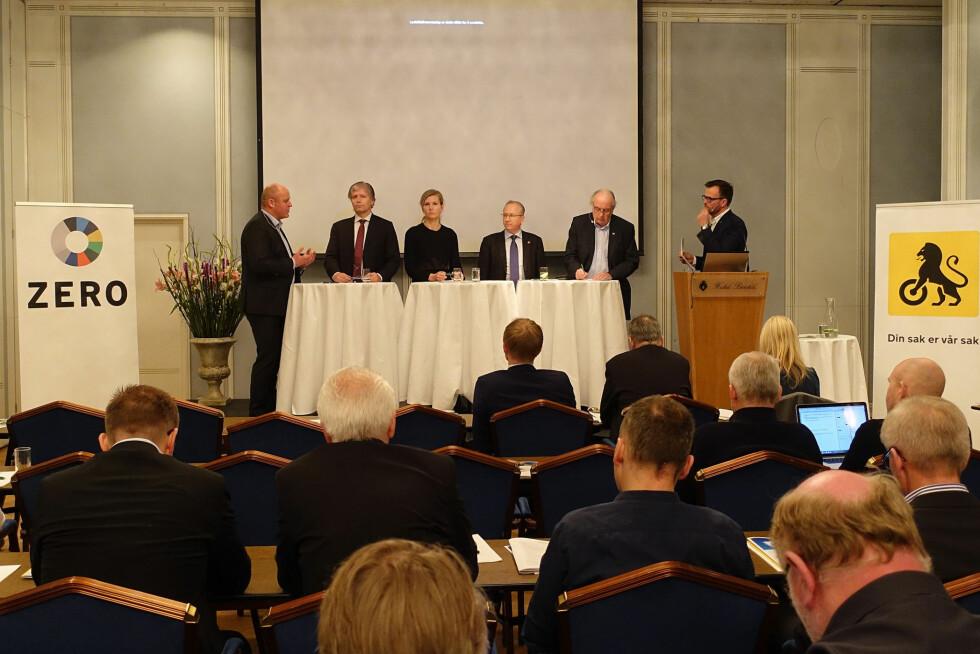 SAMSTEMT: Både politikere, NAF og miljøorganisasjonen Zero er enige om at det må fortsette å være lønnsomt å kjøre elbil. Bildet er fra NAF og Zeros frokostmøte 17. mars. Fra venstre: Stig Skjøstad (administrerende direktør i NAF), Ola Elvestuen (V), Marianne Marthinsen (Ap), Gjermund Hagesæter (Frp), Svein Flåtten (H) og Marius Holm, leder i Zero.  Foto: KNUT MOBERG