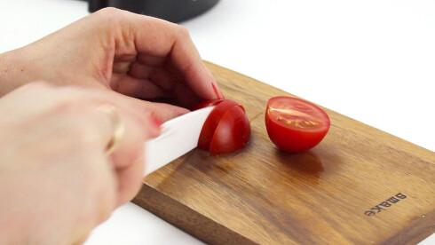 <strong><b>GOD SOM NY:</strong></b> Man venner seg til sløve kniver, men det er unødvendig. En runde i slipemaskinen, og kniven er nesten god som ny.  Foto: OLE PETTER BAUGERØD STOKKE