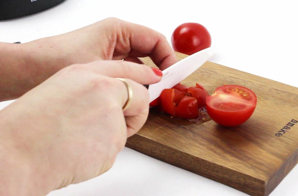 <strong><b>TOMATSØL MED SLØVE KNIVER:</strong></b> Heldigvis går det an å slipe keramiske kniver. Vi har testet Kyoceras knivsliper. Foto: OLE PETTER BAUGERØD STOKKE