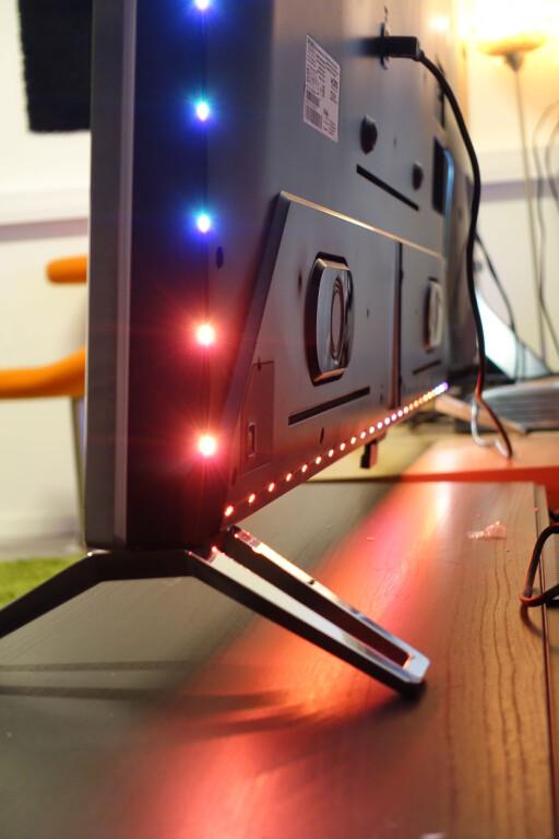 4-SIDIG AMBILIGHT I AKSJON: LED-diodene på baksiden av TV-en skifter farge og intensitet i takt med hva som vises på TV-en. Vi liker finessen, men er du uenig er det bare å skru den av i menyen. Foto: ØYVIND PAULSEN