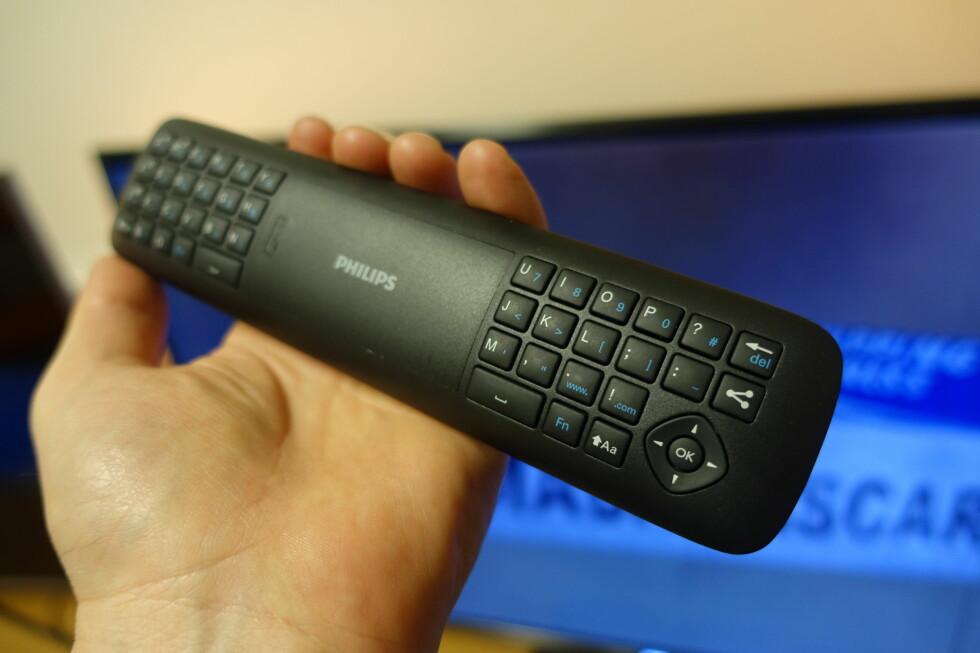BRA: God fjernkontroll med innebygget pek og klikkfunksjon og fullt QWERTY-tastatur på baksiden. Foto: ØYVIND PAULSEN