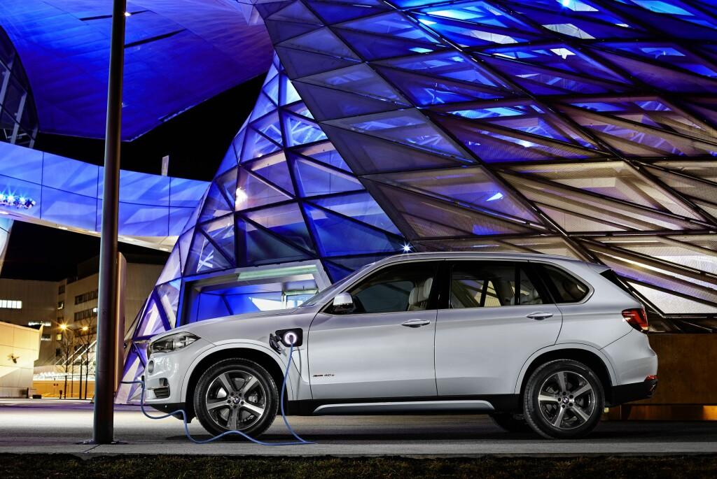 RØSLIG, MEN SPARSOM: Med riktig kjøremønster kan denne X5-en vise se riktig så nøysom ved pumpen. Foto: BMW