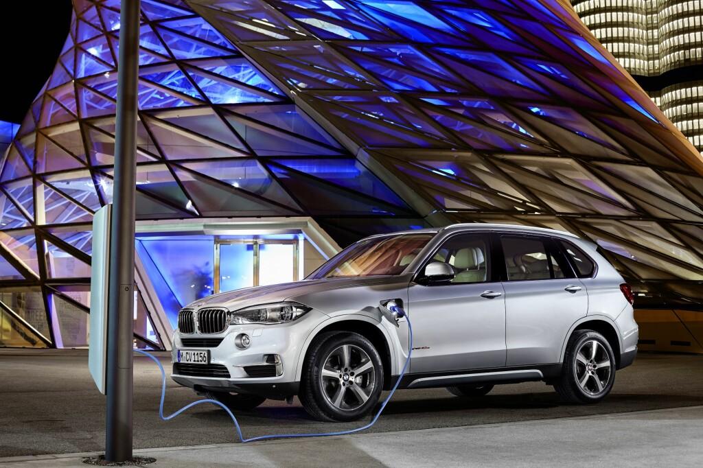 <b>KLAR MED LADBAR:</b> BMW X5 xDrive40e kommer til norske kunder i løpet av året. Den vil konkurrere med hybridversjonene av Audi Q7, Volvo XC90 og Mercedes-Benz GLE. Foto: BMW