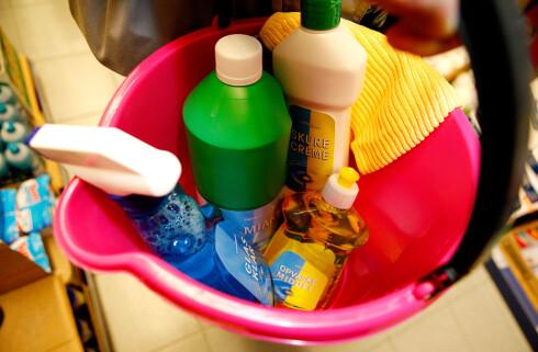 DETTE TRENGER DU IKKE: Det meste går bort med vann og mikrofiberklut, ifølge rengjøringsekspert. Kjemien trenger du sjelden. Foto: PER ERVLAND