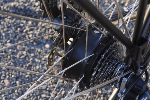 MOTOR: Motoren er montert på bakhjul. Siden batteriet er montert under bagasjebrettet, blir sykkelen ganske tung i denne enden. Foto: TORE NESET