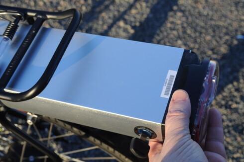 LITT SLIT: Batteriet glir ikke så lett som vi kanskje kunne ønsket. På den annen side faller det ikke ut når det er låst opp. Foto: TORE NESET