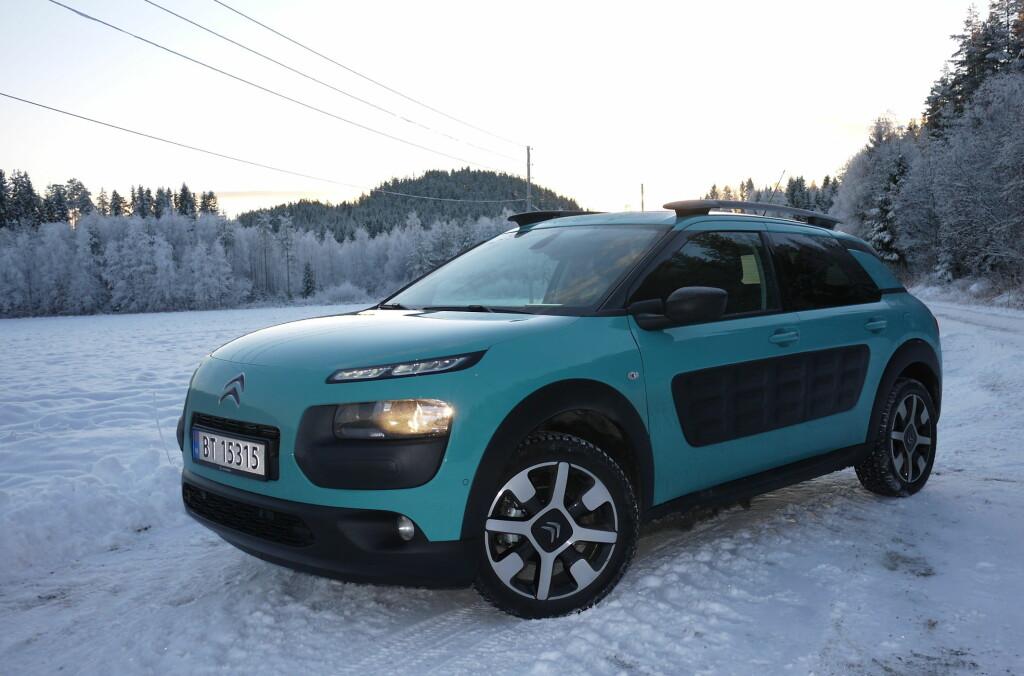 <b>ANNERLEDES:</b> Citroën har nylig funnet tilbake til sin tradisjonelle kreativitet og den nye importøren regner så avgjort med å kunne trekke veksler på det. På tre år vil de øke markedsandelen i Norge til fire prosent. (Etter to måneder i 2015 ligger markedsandelen for personbiler på bare 1,5 prosent. Bildet viser en Citroën Cactus vi testet i vinter. Foto: LORD ARNSTEIN LANDSEM