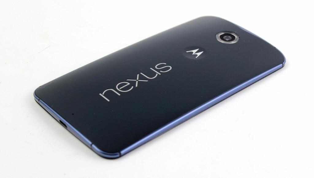 SPORTY: Den buede baksiden i plast gjør at telefonen får en litt røff og sporty stil. Telefonen skal visstnok være vanntett, men Google/Motorola har ikke bekreftet det offisielt. Foto: KIRSTI ØSTVANG