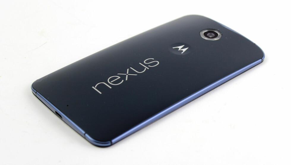 <strong><b>SPORTY:</strong></b> Den buede baksiden i plast gjør at telefonen får en litt røff og sporty stil. Telefonen skal visstnok være vanntett, men Google/Motorola har ikke bekreftet det offisielt. Foto: KIRSTI ØSTVANG