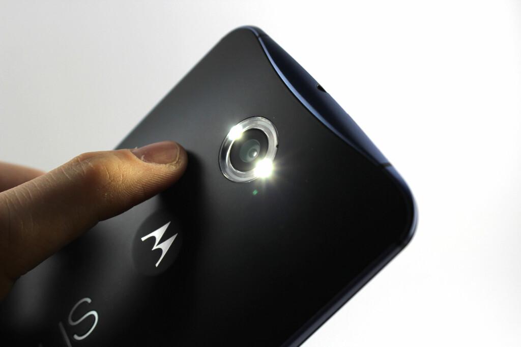 RINGBLITS: Nexus 6 har en såkalt ringblits rundt kameraet, som blant annet vil kaste færre skygger når man fotograferer ting på nært hold (makro). Foto: KIRSTI ØSTVANG