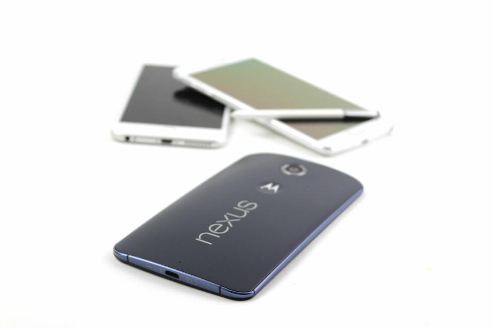 <strong><b>MANGE GODE ALTERNATIVER:</strong></b> Det begynner etter hvert å bli mange gode store mobiler å velge mellom, og Nexus 6 føyer seg inn i rekken. Foto: KIRSTI ØSTVANG