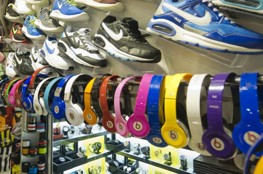 <B>FALSKE VARER: </B>Sko, hodetelefoner og klokker er bare noe av det som piratkopieres og selges for en brøkdel av prisen. Men en handel handler om mer enn bare pris. Foto: ALL OVER PRESS