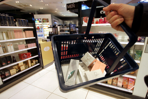 KOSMETIKK: Skal du handle kosmetikk, er det identiske priser på innenlands- og utenlandsterminalen på Oslo Lufthavn. Foto: OLE PETTER BAUGERØD STOKKE