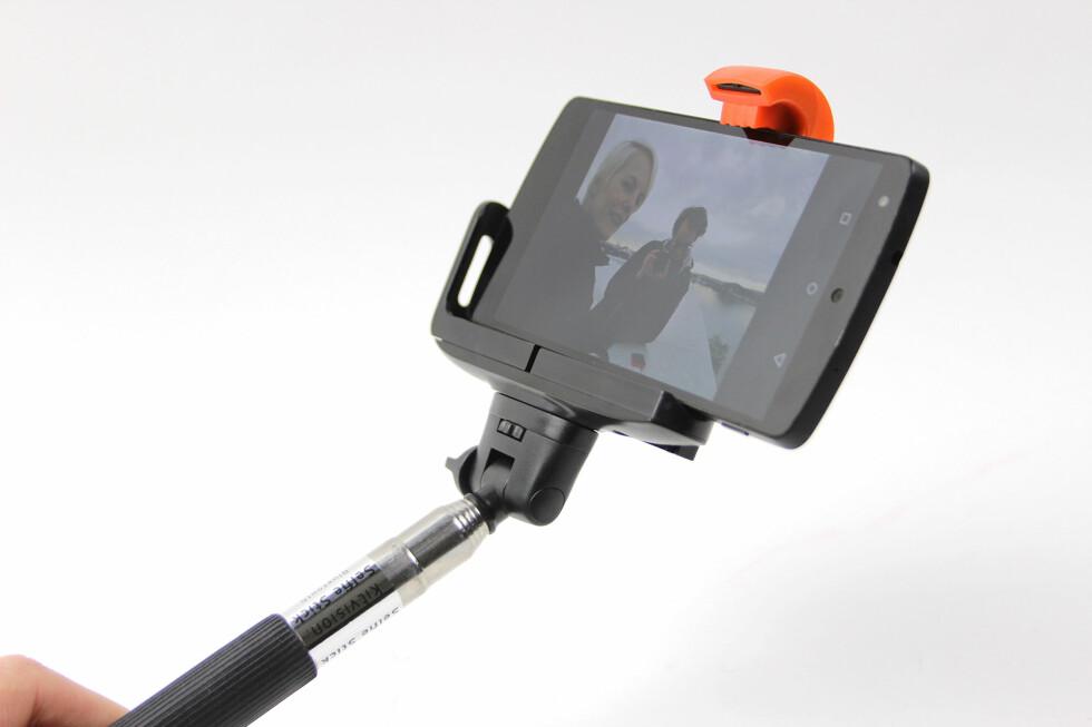 """FANCY HOLDER: Festeanordningen til mobilen ser litt """"spaca"""" ut, men den er ganske praktisk - og det er lett å få mobilen både inn og ut. Foto: KIRSTI ØSTVANG"""