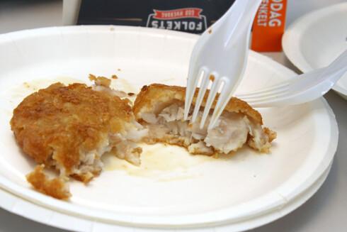 «ALASKA POLLOCK» Fiskeburgeren er laget av «Alaska Pollock», som er en hvit matfisk. Testpanelet er ikke veldig imponert. Foto: OLE PETTER BAUGERØD STOKKE