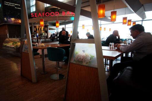 LIKT: På mange spisesteder, som Seafood Bar på innenlands, koster 0,6 liter øl nøyaktig det samme: 97 kroner.  Foto: OLE PETTER BAUGERØD STOKKE