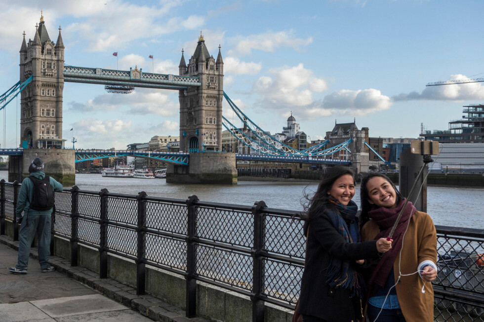 BEGGE FÅR BLI MED: Selfiestanga blir ofte brukt i disse situasjonene.  Foto: ALL OVER PRESS