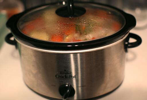 IKKE RØR LOKKET: Løfter du det opp, slipper du ut både damp og varme og forstyrrer kokeprosessen. Foto: ALL OVER PRESS