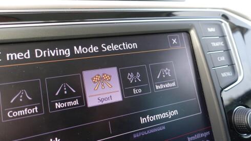 MORO: Passat og Golf R har forskjellige kjøremodus. Vi valgte sport for max attack. Foto: RUNE M. NESHEIM