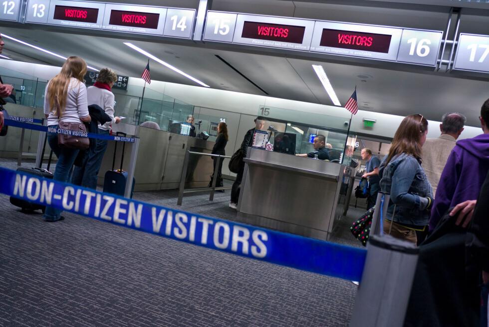 VIL GJØRE DET LETTERE: Oslo Lufthavn ønsker å etablere amerikansk grensekontroll på OSL - slik at reisende kan bli forhåndsklarert for innreise til USA, allerede før de setter seg på flyet. Her er bilde fra passkontrollen i    San Francisco. Foto: ALL OVER PRESS