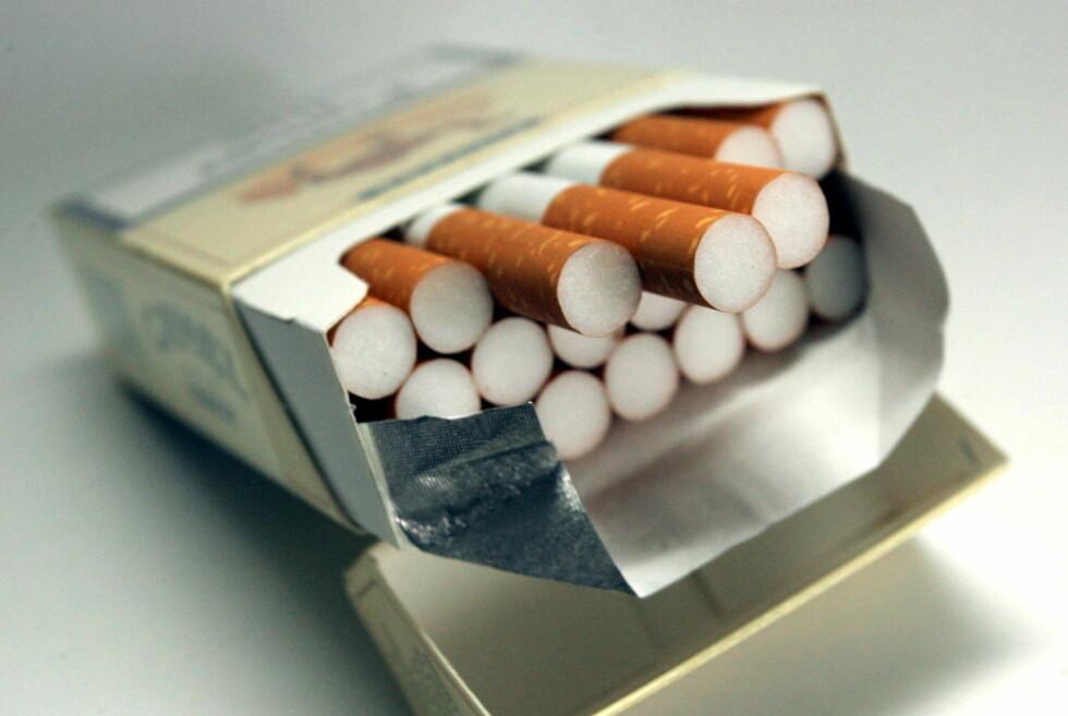 LOGOFRI: Dagens røykpakker skal bort. Nå vil regjeringen innføre sigarettpakker og snusbokser uten logo og med helseadvarsel. Foto: COLOURBOX.COM