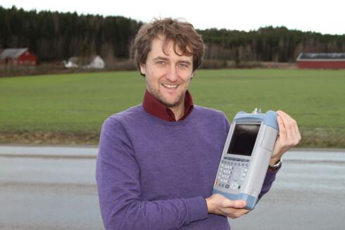 TESTPROFF: Michel Gascoin, Teknologirådgiver og prosjektleder i NRK med en svindyr spektrumanalysator. I vårt tilfelle leser den signalstyrke.