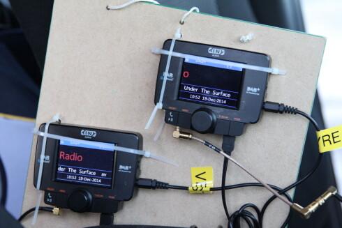 """HJEMMESLØYD: To adaptere på en treplate, koblet til hver sin høyttalerutgang for å høre forskjellene. Vi tunet inn på """"Ordentlig Radio"""" som sender fra Oslo. Foto: RUNE M. NESHEIM"""