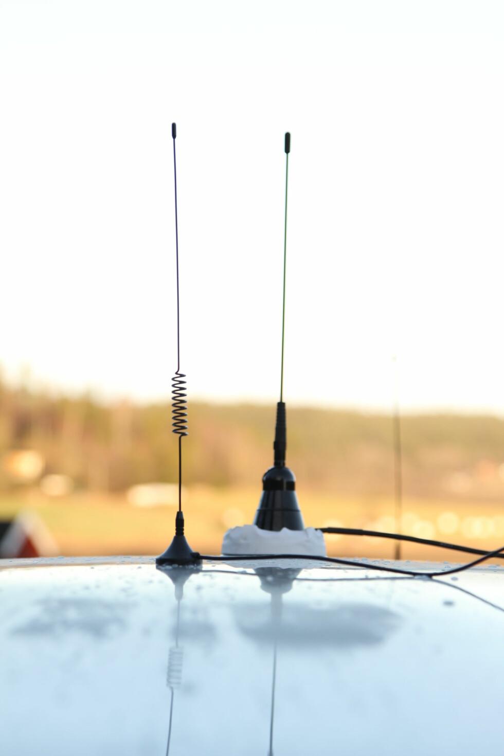 MAGNETPISK: Antenne midt på taket skal gi de beste signalene. Da vil aldri bilen skygge for en sender. Den minste følger med et billig adapter fra Coop. Ulempene er ledningen. Foto: RUNE M. NESHEIM